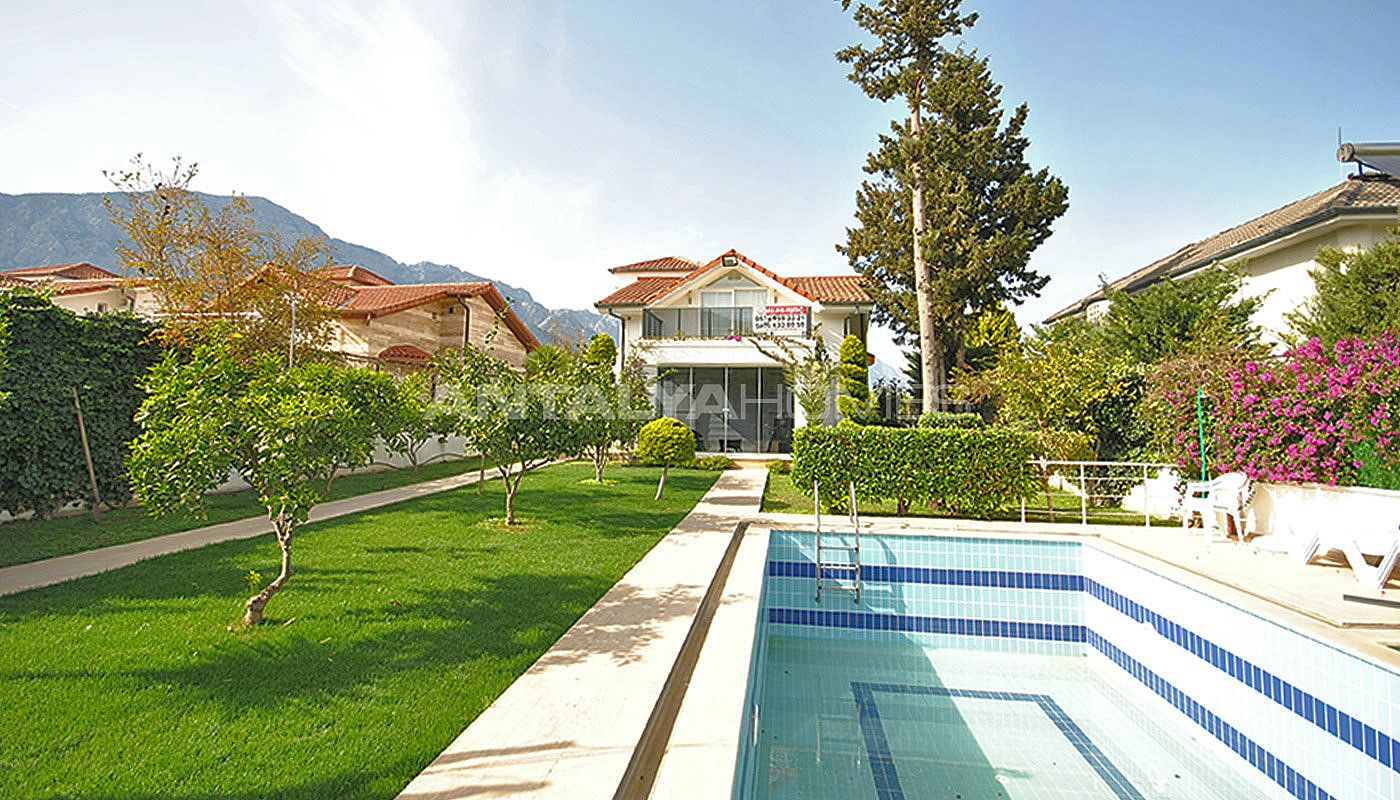 kemer-house-with-furniture-surrounded-by-greenery-009.jpg