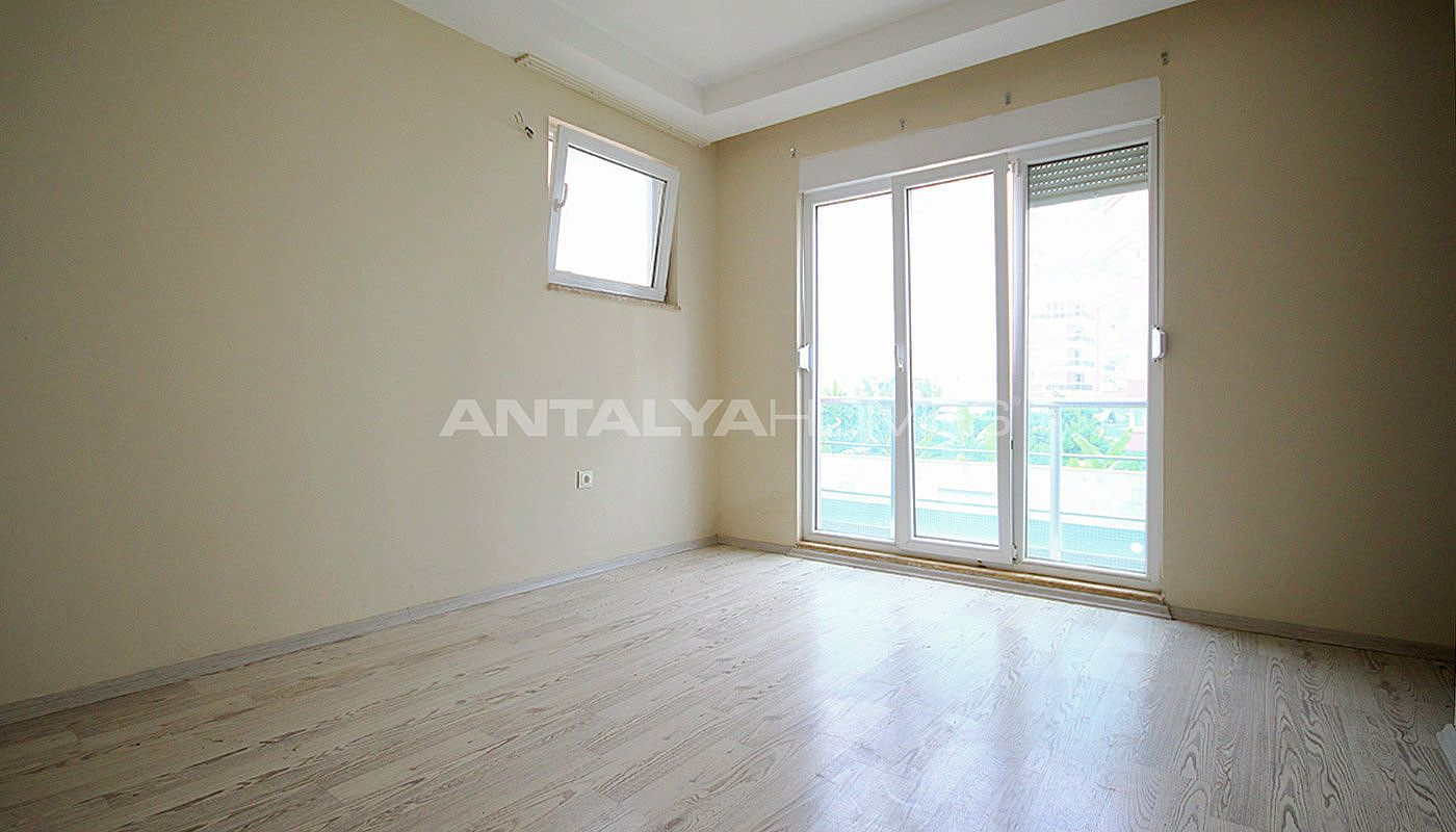 ready-to-move-modern-konyaatli-apartment-with-blinds-interior-006.jpg