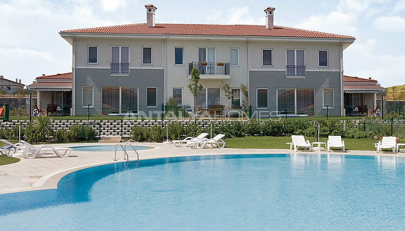 centrally-located-istanbul-villas-intertwined-with-sea-002.jpg