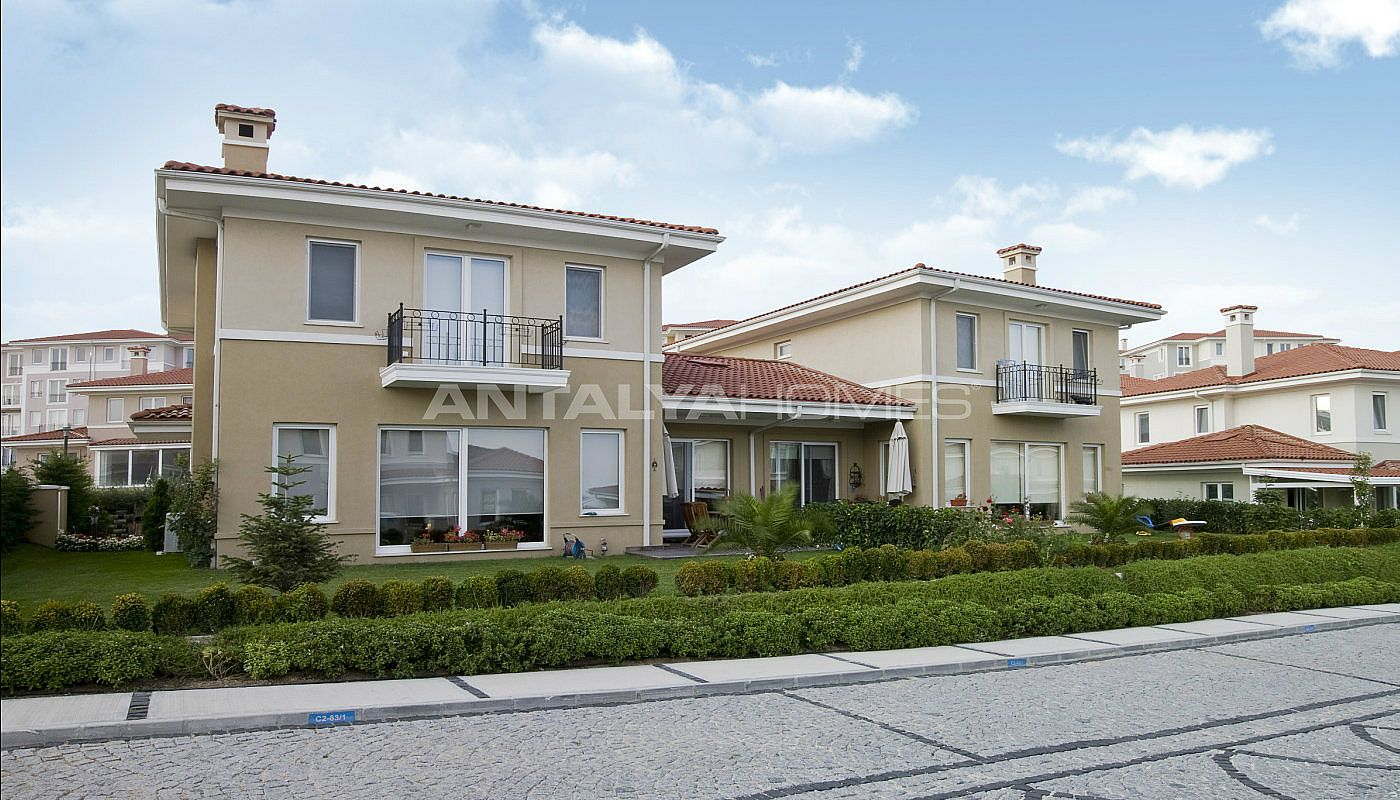 centrally-located-istanbul-villas-intertwined-with-sea-006.jpg