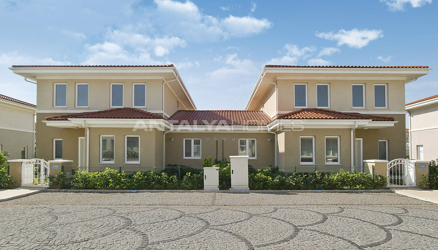centrally-located-istanbul-villas-intertwined-with-sea-008.jpg