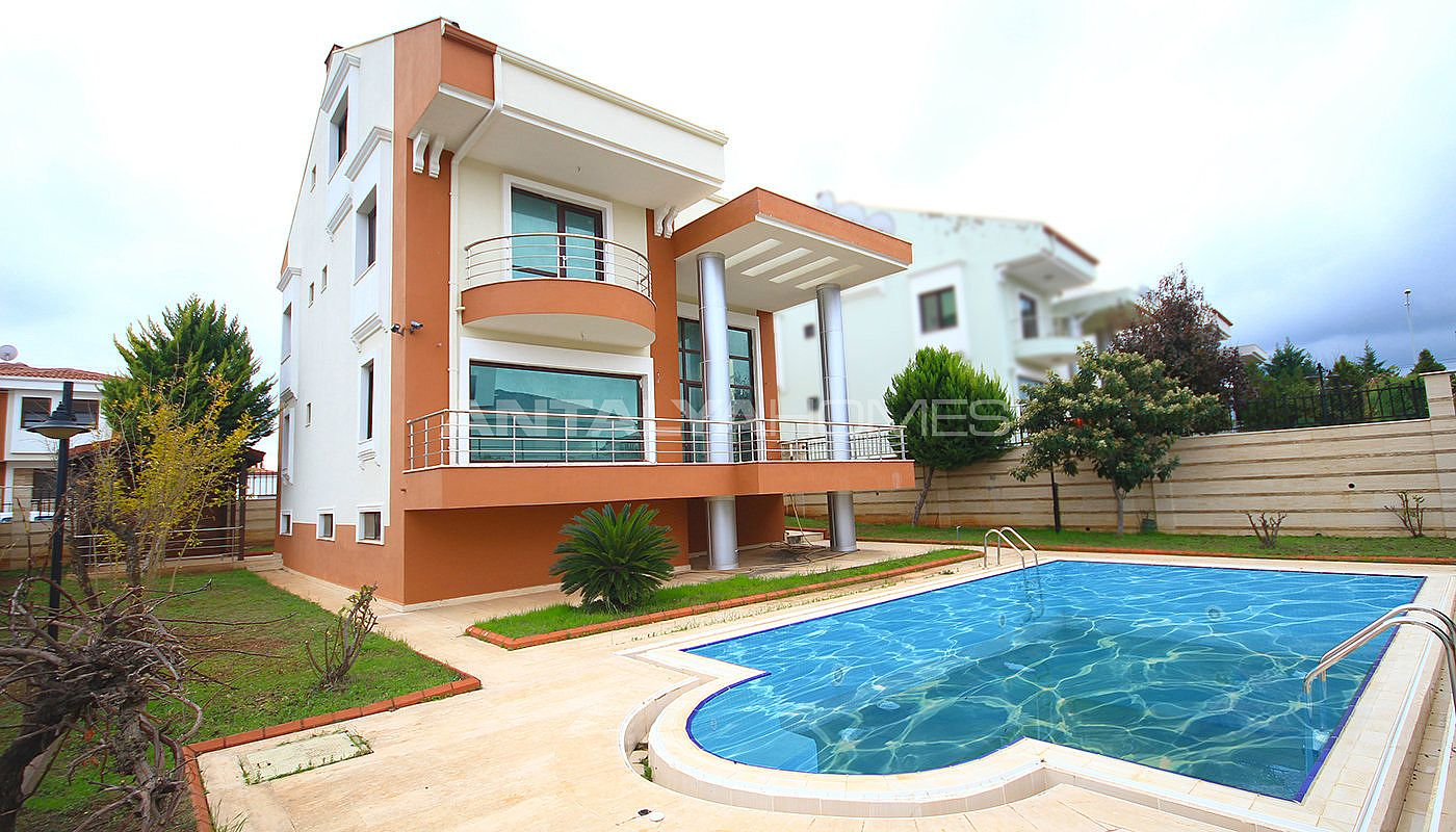 spacious-detached-villa-with-forest-view-in-antalya-007.jpg
