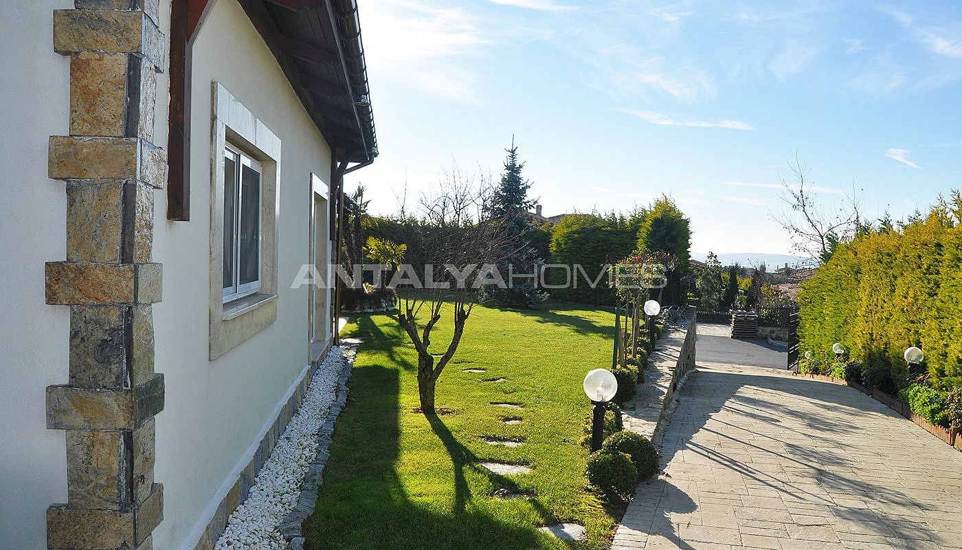 detached-villas-with-private-pool-and-garden-in-istanbul-002.jpg