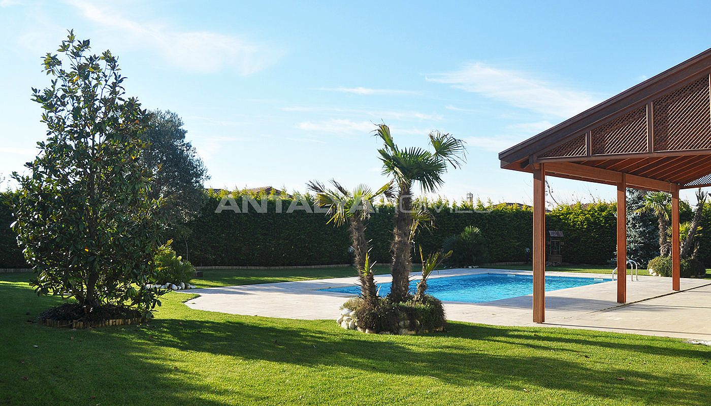 detached-villas-with-private-pool-and-garden-in-istanbul-003.jpg